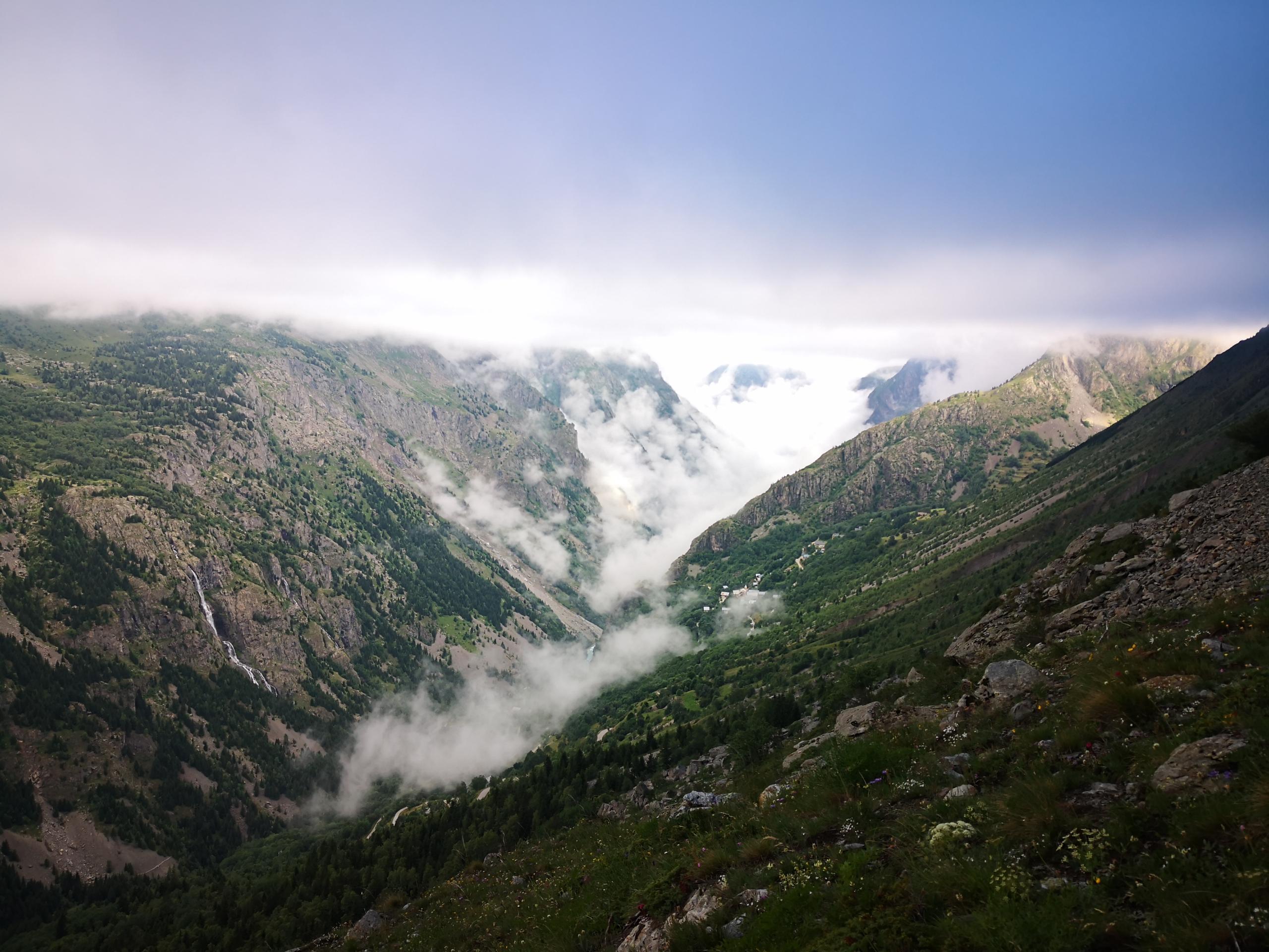 Vallée du Vénéon dans la brume
